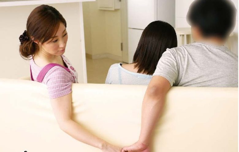 娘の彼氏に膣奥を突かれイキまくった母 沢田桜