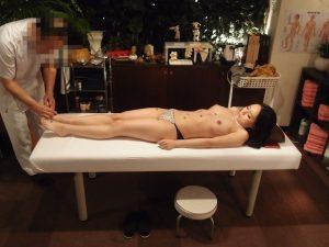 お灸で温められた身体をマッサージで…。いつしか快感に変わり、悪徳施術師餌食に…