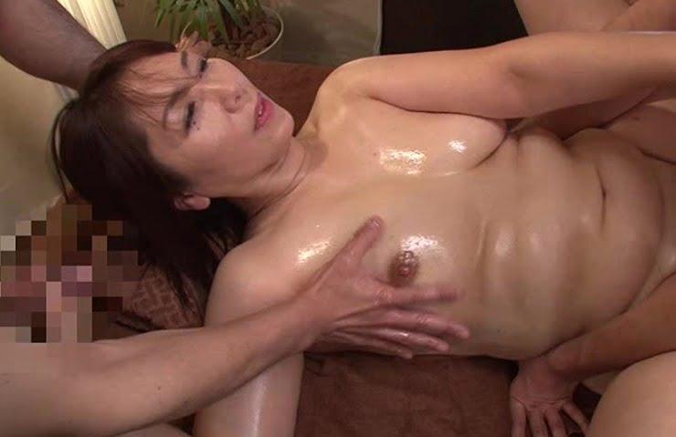 【マッサージ動画】夫の前でマッサージ師に絶頂(いか)された妻 翔田千里