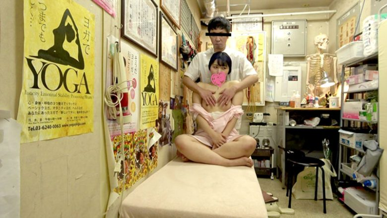 【マッサージ動画】肩甲骨が張り付いちゃっているのでそこをまず剥がす施術に来た人妻