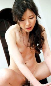 【浮きブラ無料動画】浮きブラする人妻講師の魅惑的な乳首!!吉野由花