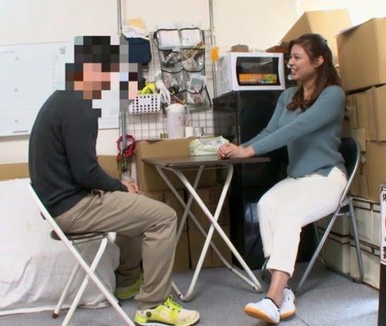 パート妻が休憩室で若い従業員に見せいている現実 露出妻動画