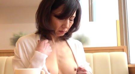 【素人熟女56歳動画】スレンダー美乳熟女が恥じらいながら性的絶頂